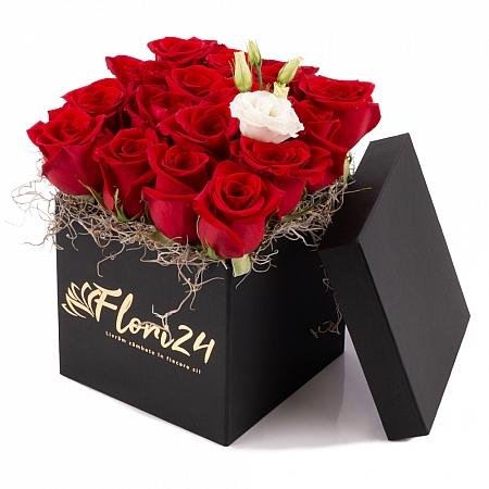 Aranjament din trandafiri roșii și lisiantus alb