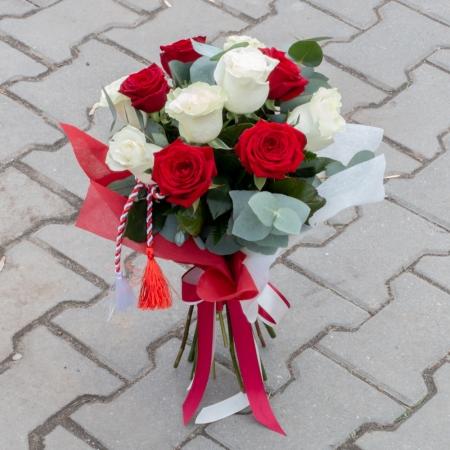 Buchet de Trandafiri Mărțișor, 6 Trandafiri albi, 5 Trandafiri roșii, Verdeață