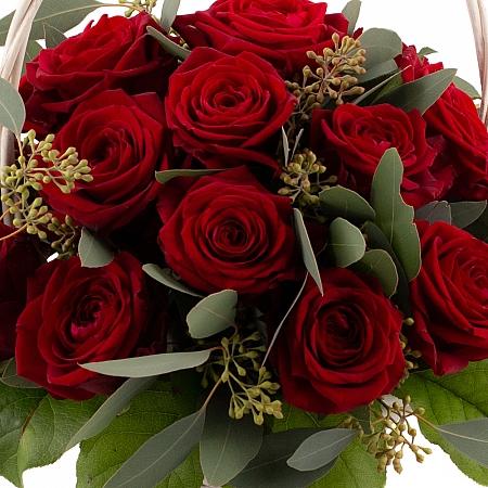 Coș cu trandafiri roșii