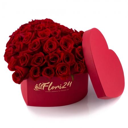 Cutie cu trandafiri roșii