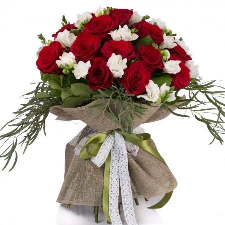 Duet de neuitat: buchet trandafiri rosii si frezii albe.