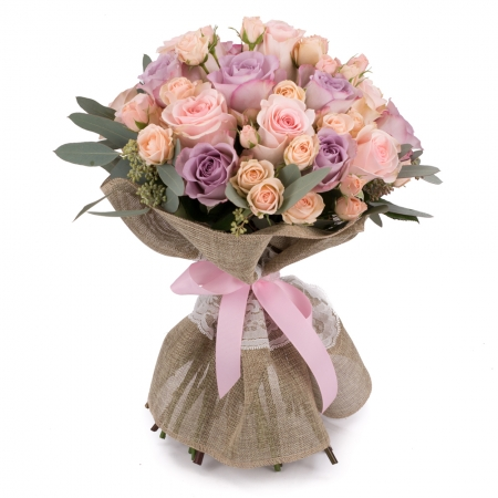 Suflet de floare: buchet trandafiri si minirosa incantator.