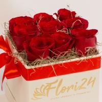 9 trandafiri rosii in cutie patrata 3