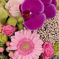 Aranjament din Gerbera, Cymbidium, Orhidee, Floare de orez, Lisianthus, Minirosa, Ciclam, Hypericum 4