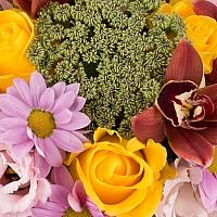 Aranjament din trandafiri, crizanteme, lisianthus, schimia, cymbidium, verdeata, cutie, rotunda 4