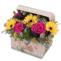 Aranjament din trandafiri, gerbera, crizanteme, lisianthus, viburnum, solidago, cutie, cufăr 2