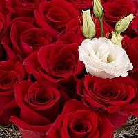 Aranjament din trandafiri roșii și lisiantus alb 4