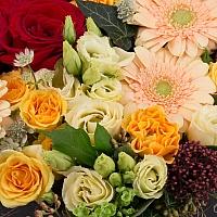 Aranjament Trandafiri, Gerbera, Lisianthus, Schimia, Viburnum, Minirosa, Astrantia, Tilandsia, Cutie 4