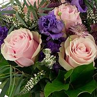Buchet de 7, Trandafiri, Roz, 4, Lisianthus, Mov, 5, Veronica, Albă, 3, Astrantia, Roz, Verdeață 4