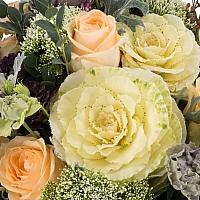 Buchet de Trandafiri, Banan, Lisianthus, Mov, Brasica, Minirosa, Trahelium, Waxflower, Roz, Verdeață 4