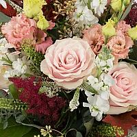 Buchet de Trandafiri, Banan, Lisianthus, Roz, Astilbe, Grena, Matthiola, Veronica, Frunze de arțar 4
