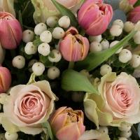 Buchet din 15, Trandafiri, Roz, Trandafir, 20, Lalele, Lalea, 10, Hypericum, Alb, Verdeață 4