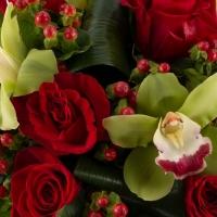 Buchet din trandafiri roșii și orhidee Cymbidium 4