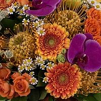 Buchet Leucospermum, Gerbera, Lisianthus, Phalaenopsis, Mușețel, Astrantia, Minirosa, Frunză Arțar 4
