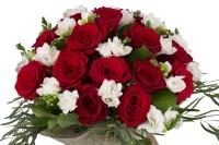 Duet de neuitat: buchet trandafiri rosii si frezii albe. 3