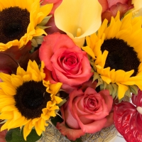 Aranjament de Floarea soarelui, Cale, Cală, Galbene, Trandafiri, Portocaliu, Anthurium. Roșu, Verde 4
