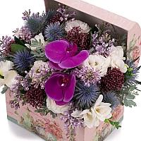Aranjament de Liliac, Frezii, Alb, Frezie, Eryngium, Lisianthus, Schimia, Phalaenopsis, Cutie, Cufăr 3