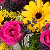 Aranjament din trandafiri, gerbera, crizanteme, lisianthus, viburnum, solidago, cutie, cufăr 4