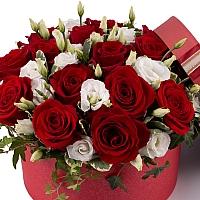 Aranjament din trandafiri și lisianthus 3