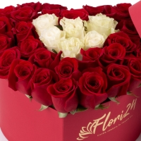 Aranjament din trandafirii roșii și albi  3