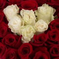 Aranjament din trandafirii roșii și albi  4
