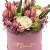 Aranjament floral cu trandafiri și lalele în cutie 2