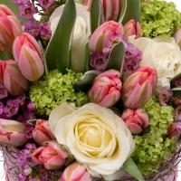 Aranjament floral cu trandafiri și lalele în cutie 3