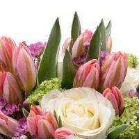 Aranjament floral cu trandafiri și lalele în cutie 4