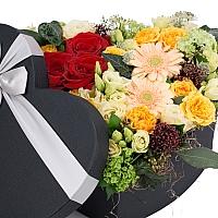 Aranjament Trandafiri, Gerbera, Lisianthus, Schimia, Viburnum, Minirosa, Astrantia, Tilandsia, Cutie 2
