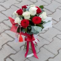 Buchet de Trandafiri Mărțișor, 6 Trandafiri albi, 5 Trandafiri roșii, Verdeață 2