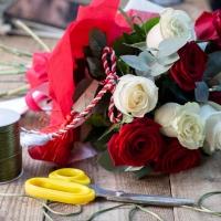 Buchet de Trandafiri Mărțișor, 6 Trandafiri albi, 5 Trandafiri roșii, Verdeață 3