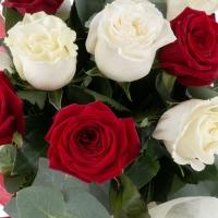 Buchet de Trandafiri Mărțișor, 6 Trandafiri albi, 5 Trandafiri roșii, Verdeață 6