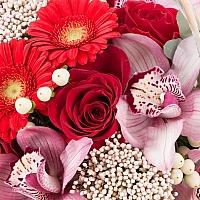 Buchet din Trandafiri, Roșii, Gerbera, Floare de orez, Hypericum, Cymbidium, Orhidee, Verdeață, Coș 4