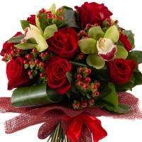 Buchet din trandafiri roșii și orhidee Cymbidium 3