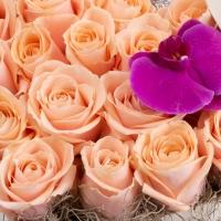 Cutie cu trandafiri și orhidee 3