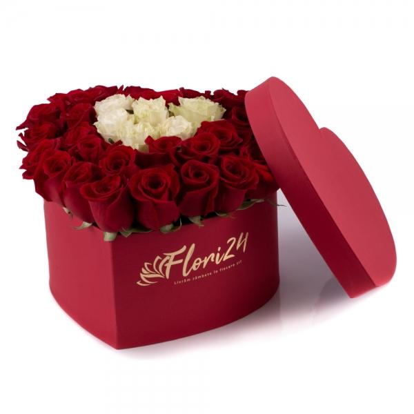 Aranjament din trandafirii roșii și albi