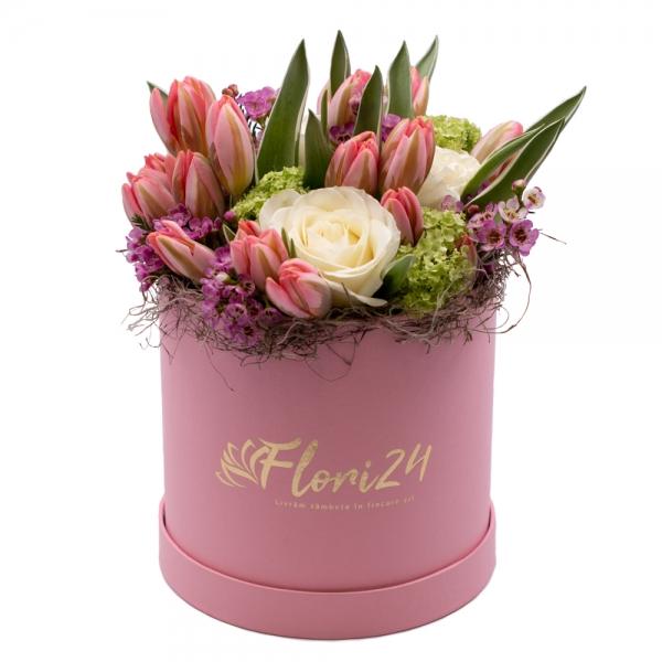 Aranjament floral cu trandafiri și lalele în cutie