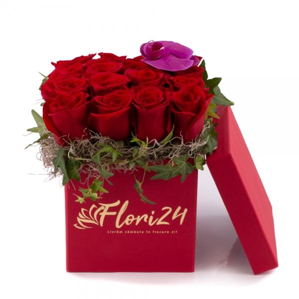 Aranjament floral din trandafiri și orhidee