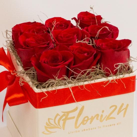 9 trandafiri rosii in cutie patrata