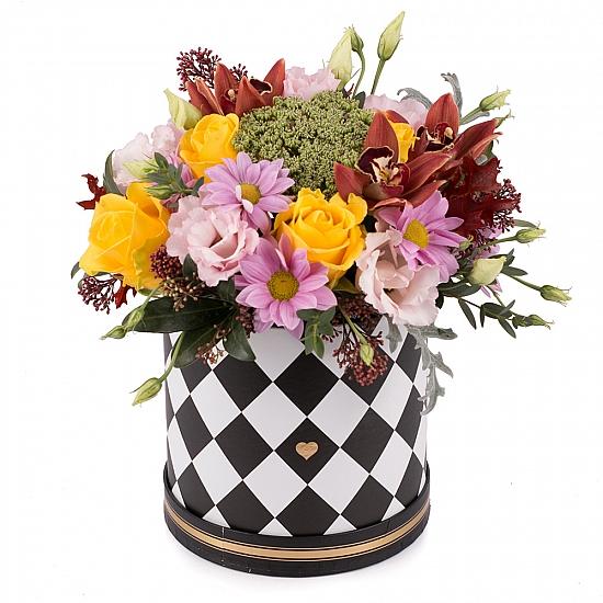Aranjament din trandafiri, crizanteme, lisianthus, schimia, cymbidium, verdeata, cutie, rotunda