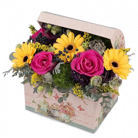 Aranjament din trandafiri, gerbera, crizanteme, lisianthus, viburnum, solidago, cutie, cufăr