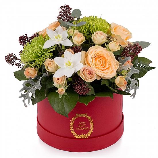 Aranjament din trandafiri, miniroze, crizanteme, eucharis grandiflora, schimia, cutie, rosie