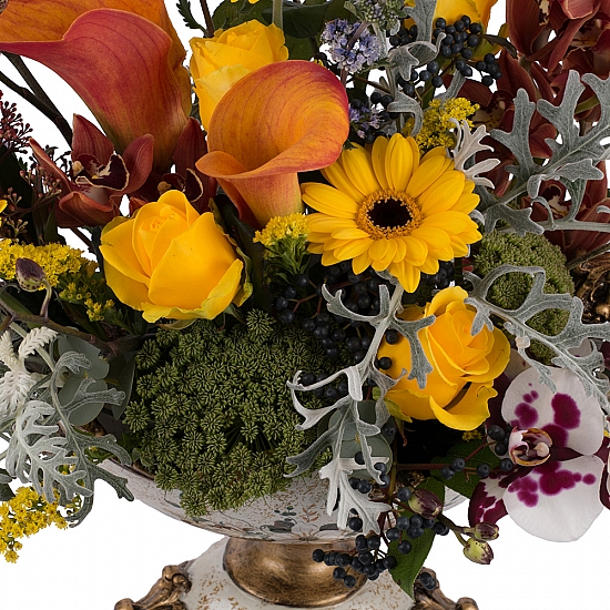 Aranjament floral din trandafiri, cale, orhidee, menta, phalaenopsis, schimia, craspedia, ami