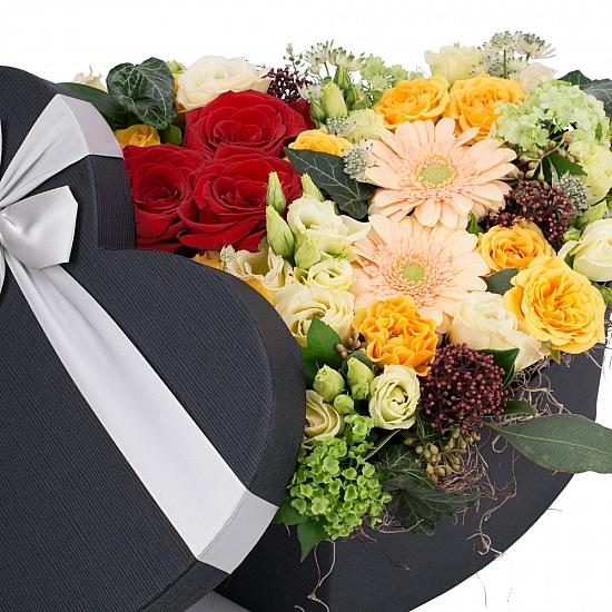 Aranjament Trandafiri, Gerbera, Lisianthus, Schimia, Viburnum, Minirosa, Astrantia, Tilandsia, Cutie