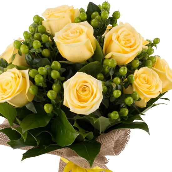 Buchet din 9, Trandafiri, Galbeni, 10, Hypericum, Verde, Verdeață