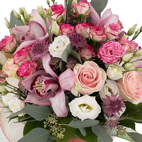Buchet din Trandafiri roz, Minirosa, Ciclam, Lisianthus, Astrantia, Cymbidium, Orhidee, Verdeață