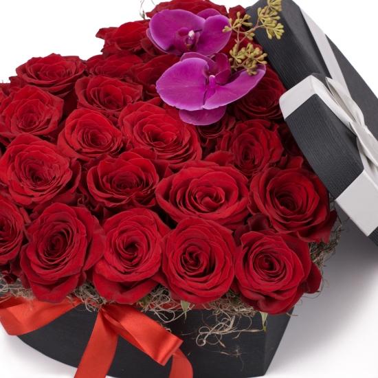 Cutia cu dragoste: aranjament floral trandafiri rosii.