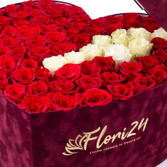 Cutie cu trandafiri roșii și albi